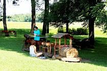 Dívky Barča A Terča právě čistí dřevěný vlak od starého laku. Život ve Skotnici pochvalují.