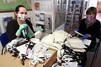 Stovky roušek balily v minulých dnech pracovnice novojičínského návštěvnického a informačního centra.