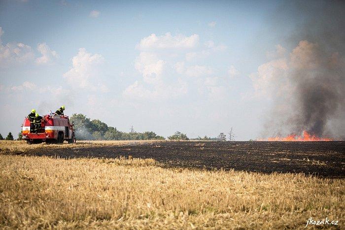Zásah hasičů u požáru strniště. Ilustrační foto.