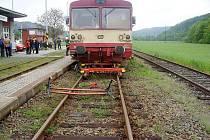 Zaměstnanec jedné společnosti dostatečně nezajistil vlak, ten se rozjel i s pracovníkem a narazil do vlaku ve stanici.