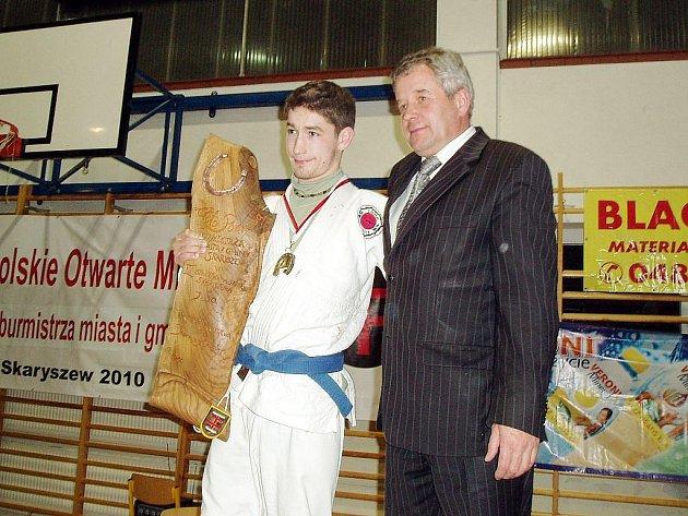 Adam Kahánek (vlevo) přebírá ocenění pro nejlepšího judistu turnaje, Zlatou podkovu.