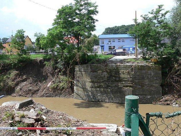 Většina mostů na řece Jičínce je buď zcela nebo částečně poničená.