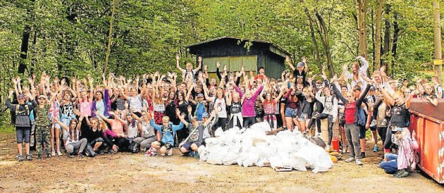 Školáci uklízeli na Horečkách. Odměna byla sladká i poučná.
