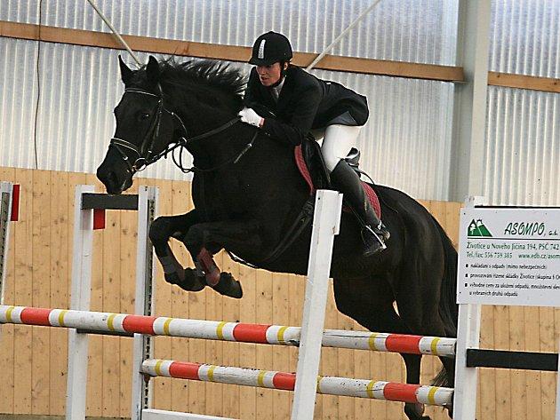 Hlavní soutěž skokových závodů před odchodem na otevřená kolbiště vyhrála v trojanovické hale domácí Iveta Biolková s koněm Marion 3.