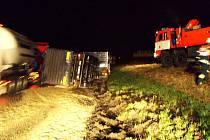 Dvě nákladní vozidla havarovala na Novojičínsku ve čtvrtek a v pátek v rozmezí několika hodin. Při jedné z nich došlo k vysypání šestnácti tun štěrku.