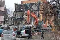 V úterý ráno začali policisté ohraničovat místo, kde měla ještě ten den začít demolice druhé části domu číslo 39.