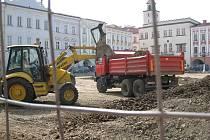 Druhá etapa rekonstrukce Masarykova náměstí v Novém Jičíně začala před měsícem. Nyní už dělníci obsadili celou jeho plochu.