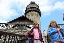 Hrad Štramberk s věží Trúba otevřel v sobotu 7. dubna své brány veřejnosti. Zahájení sezony se neobešlo bez šermířských soubojů.