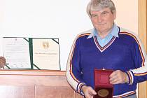 Stále ještě aktivní fotbalový funkcionář, jenž 16 let učil na strojní fakultě Vysoké školy báňské, má doma řadu ocenění. Naposledy obdržel v dubnu Cenu JUDr. Václava Jíry.