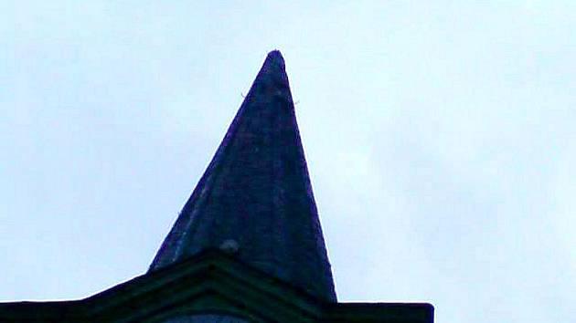 Vydatný déšť a silný vítr měl za následek, že v Hladkých Životicích spadl v neděli 16. května kříž z kostelní věže, který poničil několik hrobů. Ale vše zlé je pro něco dobré, díky této událost se našel v kopuli tubus s archivními materiály.