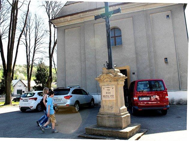 KOSTEL SVATÉHO PETRA A PAVLA v Lichnově se dočká po dlouhých jednapadesáti letech výmalby vnitřních prostor.