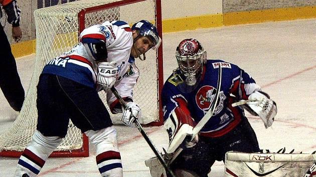 Lukáš Šrámek (vpravo) v utkání s Karvinou.