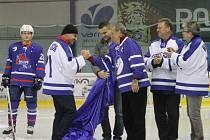 MANAŽER NOVOJIČÍNSKÝCH hokejistů Milan Urban (vlevo) při slavnostním zahájení listopadového derby proti Kopřivnici, kdy novojičínský klub vyvěsil ke stropu haly dres Jaroslava Bartoně.