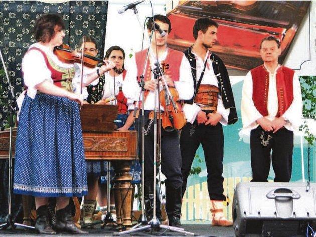 Setkání cimbálových muzik Valašského království je jakýmsi dítětem Radomíra Golase (na snímku zcela vpravo), který již připravuje 16. ročník téíto folklorní akce.