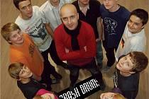 Roman Petřík, uprostřed, je uměleckým vedoucím skupiny Crash Drums.