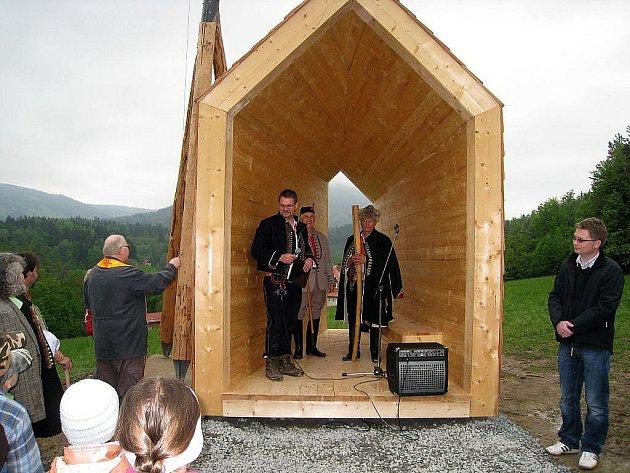 Slavnostní žehnání zvoničce Strážkyni Beskyd na Horečkách v roce 2010, která je symbolem proti těžbě uhlí v nedalekém Frenštátě pod Radhoštěm.
