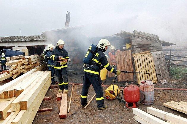 Požár pily likvidovali ve čtvrtek dopoledne hasiči v Bílovci. Oheň napáchal škodu, která činí odhadem jeden milion korun.