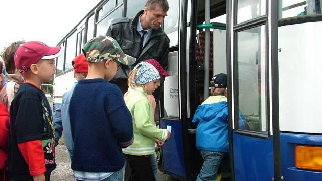 Děti nacvičovali chování v autobuse.