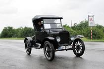 Počet historických automobilů a motocyklů, které v sobotu 20. června dorazily na kopřivnický polygon na akci 1000 veteránů, by se dal počítat jen na desítky. Za všechno mohlo špatné počasí.