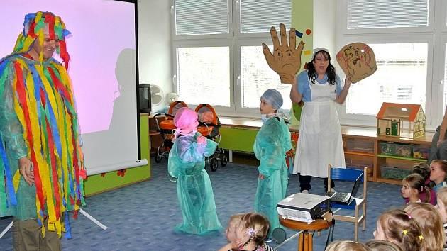 Sestřičky si pro děti připravily zábavnou scénku i básničku.