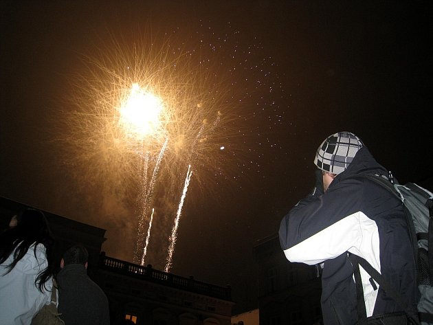 Loni byl poprvé novoroční ohňostroj v Novém Jičíně 1. ledna v šest hodin večer. Letos tomu nebude jinak a tak se mají na co těšit i malí návštěvníci Masarykova náměstí.