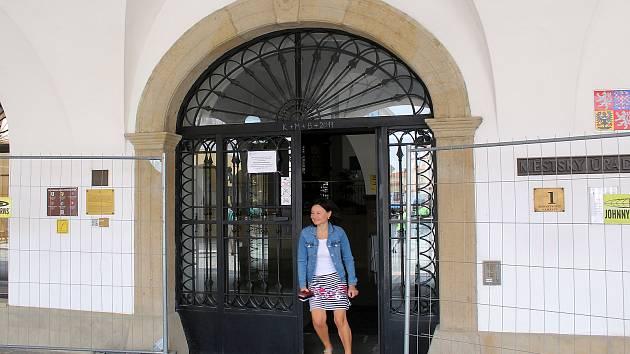 Kamenné prvky má také hlavní vchod do budovy novojičínské radnice.