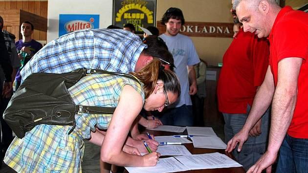 Fanoušci novojičínského basketbalu podepisují petici za pomoc města klubu.