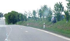 Havarovaný opel byl na místě nehody ještě v sobotu odpoledne.