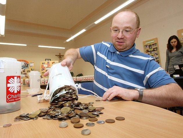 Peníze je možné nosit přímo do sídla Charity v Novém Jičíně. Ilustrační foto.