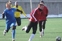 NOVOJIČÍNŠTÍ fotbalisté (u míče Pavel Macíček)sehrají v sobotu dopoledne proti Bystřici pod Hostýnem již svůj pátý přípravný duel.