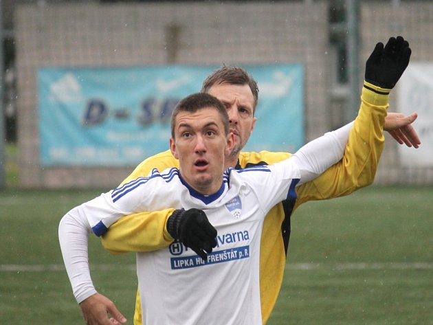 SVĚŘENCI hrajícího trenéra Davida Kobylíka srazili Krnov. K nejlepším hráčům na trávníku patřil Jakub Malý (v bílém).