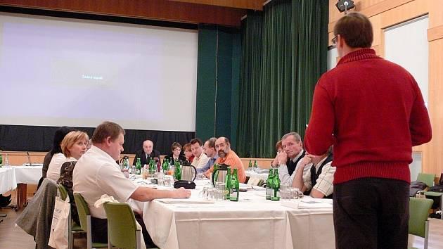Josef Rychtárik (otočen zády), bývalý fulnecký starosta a zastupitel, vyvolal svými připomínkami ke způsobu prodeje domu v centru Fulneku vášnivou debatu.