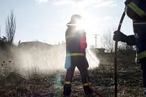 K požáru trávy vyjížděli hasiči v Novém Jičíně zkraje minulého týdne.
