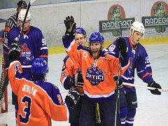 NOVOJIČÍNŠTÍ hokejisté (v modrém) prohráli v Hodoníně i potřetí v sezoně, ale po výsledcích 1:5 a 1:7 byli tentokráte Drtičům vyrovnaným soupeřem.