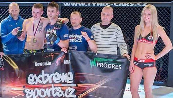 Jan Hradil na snímku vmodrém uprostřed.