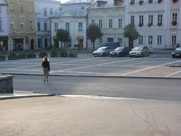 Zabránit přecházení chodců mimo přechody a najíždění automobilů na část náměstí, která neslouží jako parkoviště, se rozhodlo vedení města Odry.