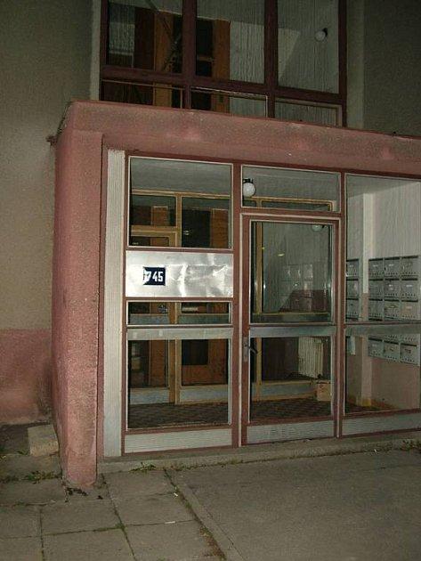Za dveřmi tohoto domu napadl mladík výběrčího paličkou na maso.