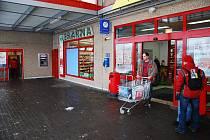Lékarnu v Kauflandu vyloupil zatím neznámý zloděj. Ukradl léky za více než dvacet tisíc korun.