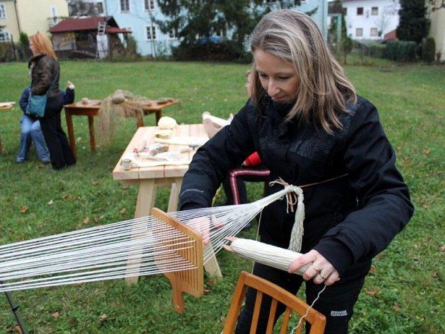 S tím, jak se kdysi vyráběly nitě či provazy, jak se tkalo, nebo jak se obrábělo dřevo, se mohli v sobotu 9. listopadu seznámit návštěvníci zahrady Piaristického kláštera v Příboře.
