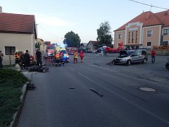 Ke dvěma vážným dopravním nehodám, při kterých se srazily automobily s motocyklem vyjížděli v sobotu hasiči do Fulneku-Jerlochovic a Studénky.
