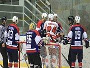 Kopřivničtí hokejisté (v tmavém) doma na závěr základní části smetli lídra z Poruby 5:1 a v play-off narazí na šumperské Draky.