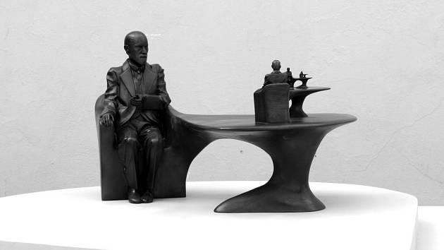 Přesně tento návrh Freudovy sochy od sochaře Michala Gabriela by měl stát na Kozím plácku v Praze 1. Tamní obyvatelé ji ale moc nechtějí.