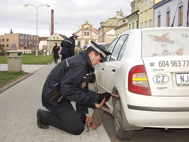 Neukázněné řidiče, kteří ještě nezaznamenali změnu zákazu parkování na levé straně jednosměrky v novojičínské ulici Dolní brána, čekají botičky.
