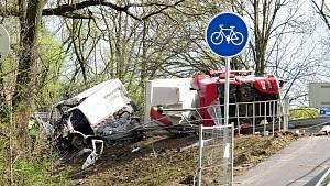 Převrácený kamion vysypal kameny a zabil dva lidi.