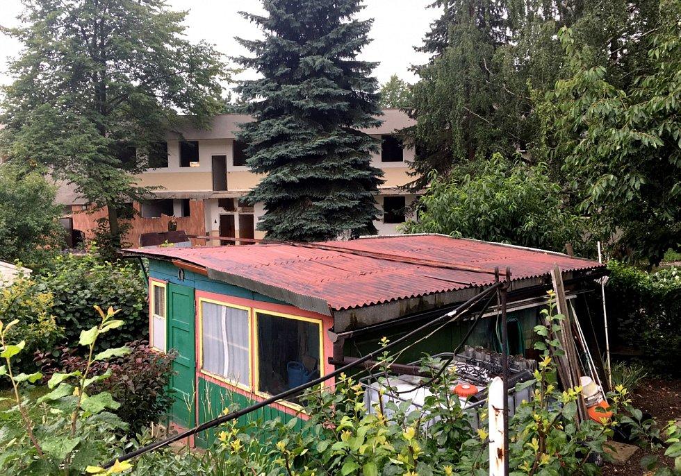 V pozadí lze vidět budovu bývalé školky. Bytové domy mají mít pět pater a lidé zde žijící se bojí ztráty soukromí.