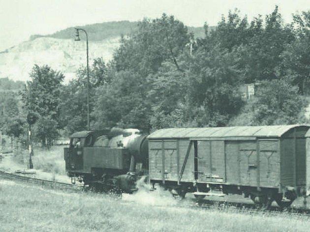 Parní lokomotiva svozy na vlečce klomům na Kotouči, 1981.