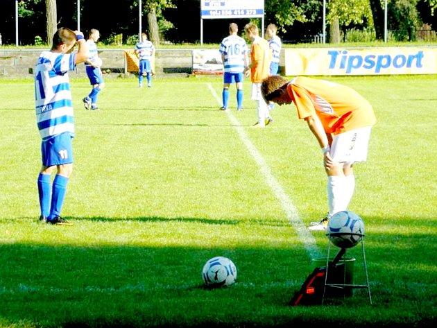 Jeden z fotbalistů Spálova (vpravo) měl sice v podzimním zápase se Studénkou sklopenou hlavu, ale jinak jeho tým prošel soutěží s hlavou vztyčenou a po zásluze postoupil do okresního přeboru.