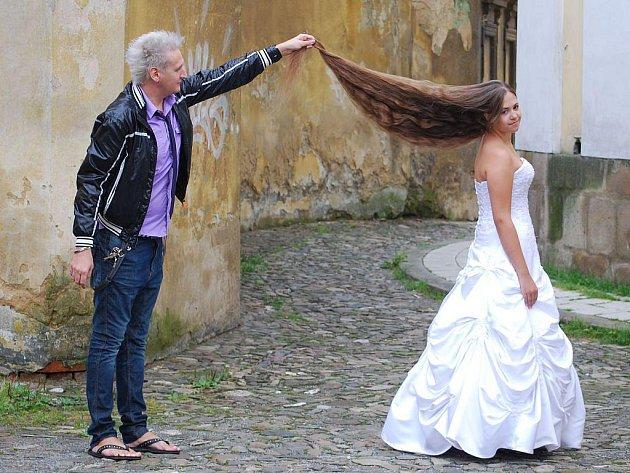 Čtrnáctiletá Kateřina Vojkůvková z Nového Jičína si nechala ostříhat v sobotu 31. července nejdelší nestříhané vlasy v České republice o délce 135 centimetrů.