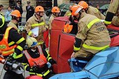 V Novém Jičíně zápolili profesionální i dobrovolní hasiči ve vyprošťování osob z havarovaných vozidel.