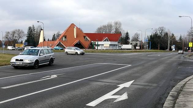 Křižovatka u motorestu Jehlan v Lubině, místní části Kopřivnice, by se ještě letos měla dočkat radikálních změn. Vyrůst by zde měl nový kruhový objezd.